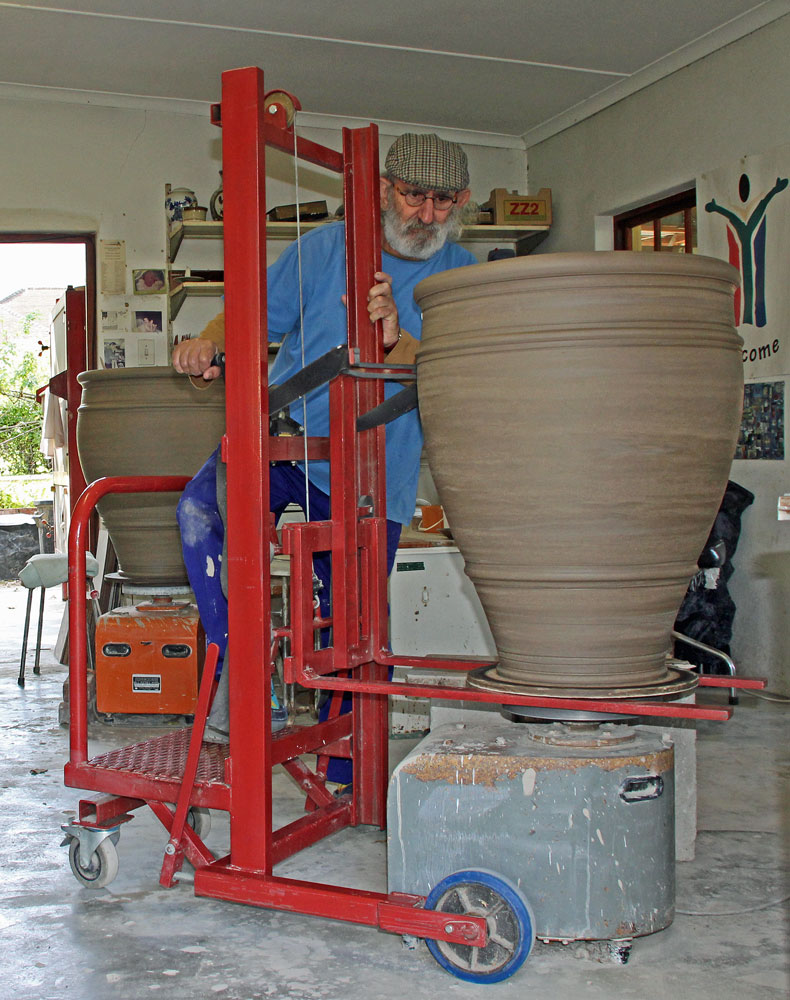 David Schlapobersky throwing big pots at Bukkenburg, Swellendam, 20160521,-IMG_0004